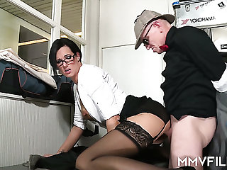 Sexy office slut Sina Velvet can't thumb one's nose at a man with a careful dick